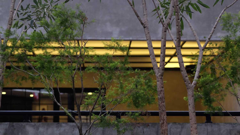 Foto inspirasi ide desain restoran industrial Exterior view oleh Yanuar PF, IAI di Arsitag