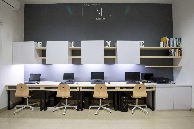 Foto inspirasi ide desain ruang kerja kontemporer Workroom oleh Fine Team Studio di Arsitag