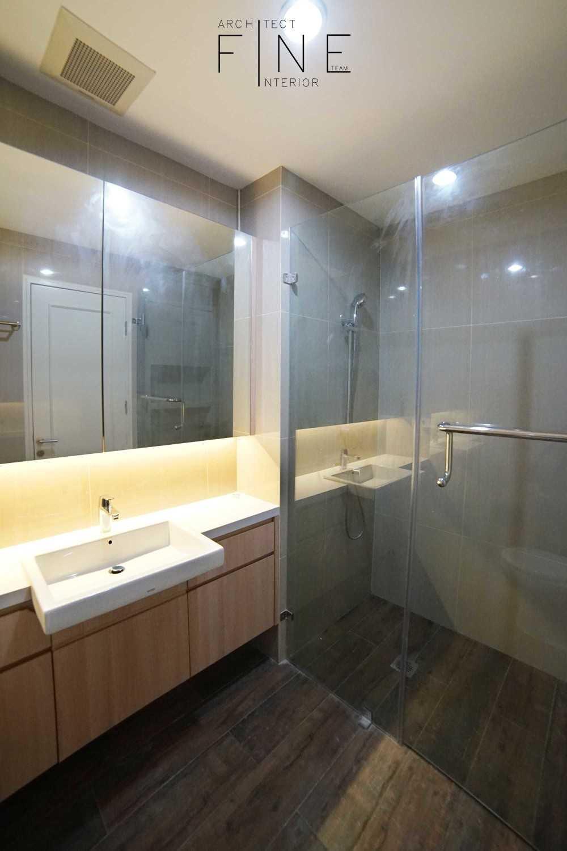 Foto inspirasi ide desain kamar mandi modern Bathroom oleh Fine Team Studio di Arsitag