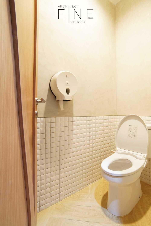 Foto inspirasi ide desain kamar mandi minimalis Fish streat gading serpong - bathroom oleh Fine Team Studio di Arsitag