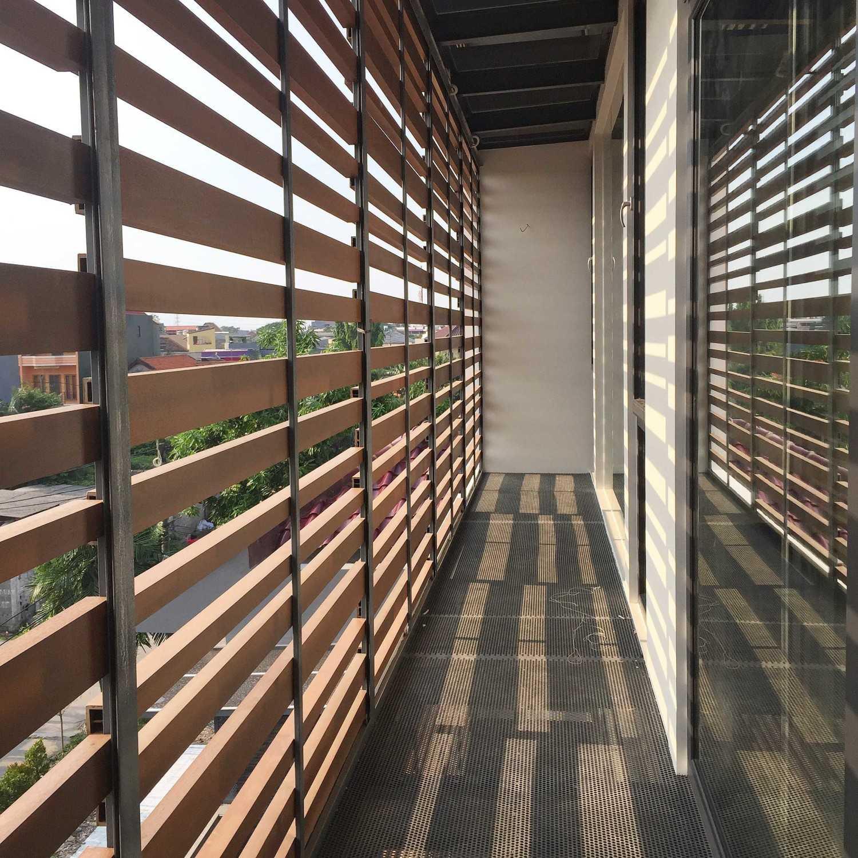 Foto inspirasi ide desain koridor tropis Photo-5-15-17-3-41-12-pm oleh HerryJ Architects di Arsitag