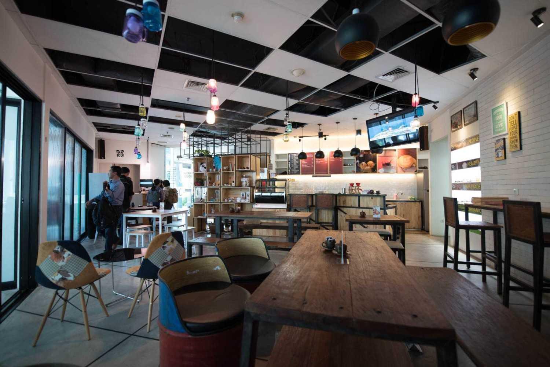 Foto inspirasi ide desain restoran industrial Interior cafe oleh Jerry M. Febrino di Arsitag