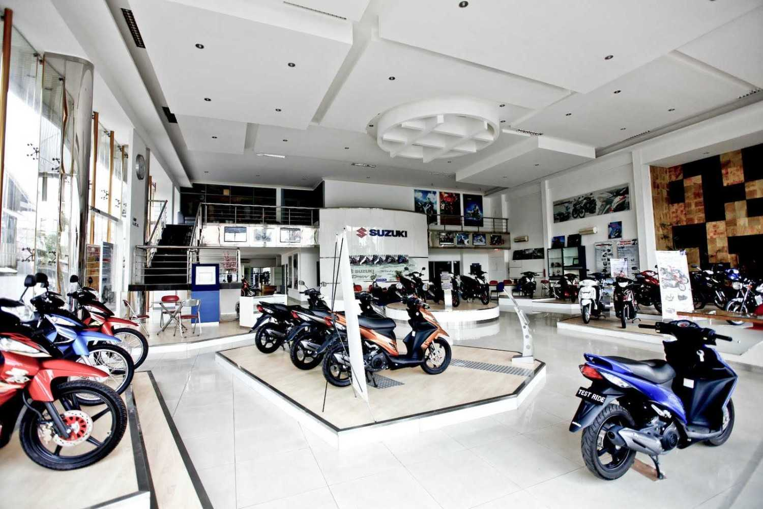 Foto inspirasi ide desain display area modern Interior showroom oleh Jerry M. Febrino di Arsitag