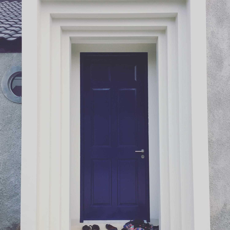 Foto inspirasi ide desain entrance skandinavia Rumah depok - main gate oleh Jerry M. Febrino di Arsitag
