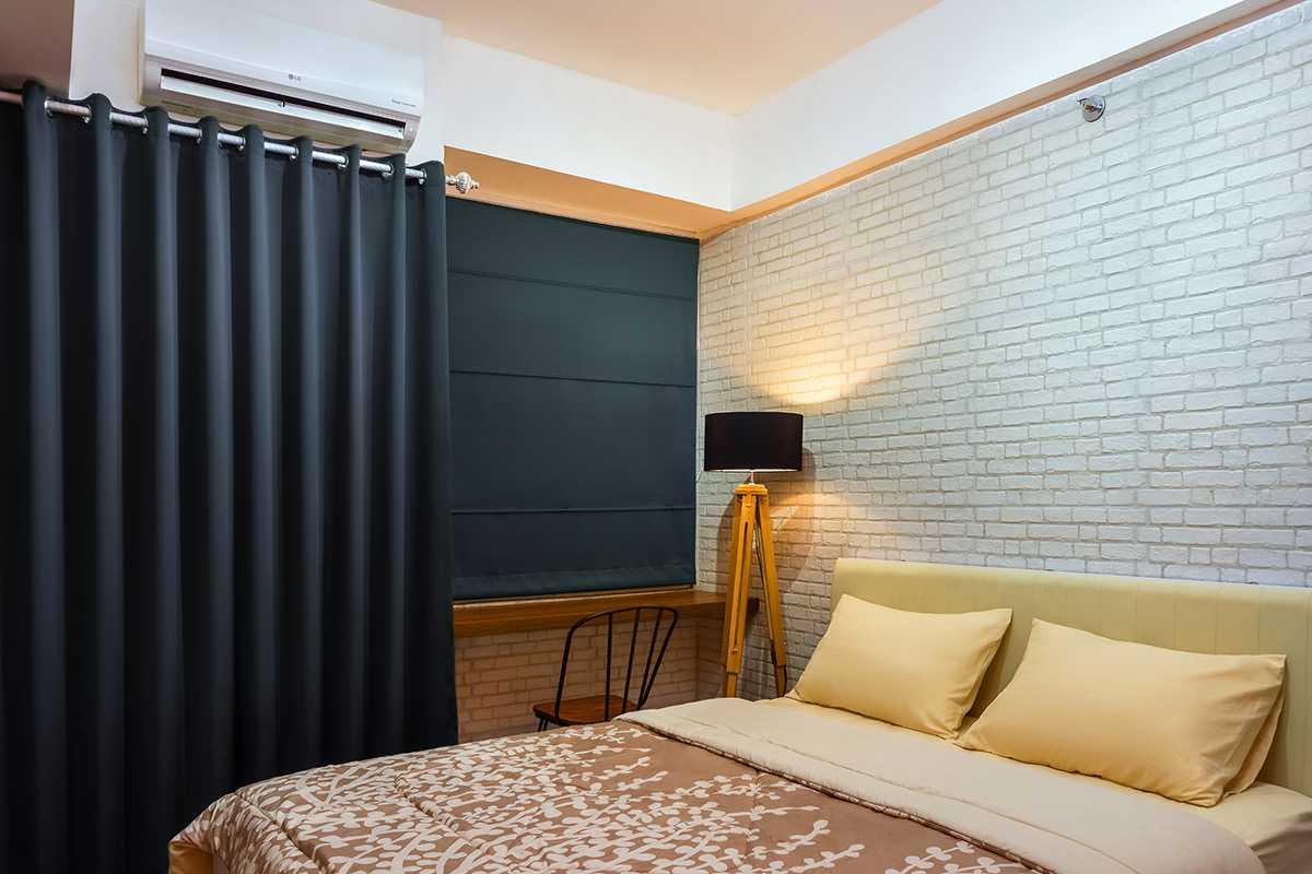 Foto inspirasi ide desain apartemen industrial Interior apartment tipe studio - bedroom oleh Localic Studio di Arsitag
