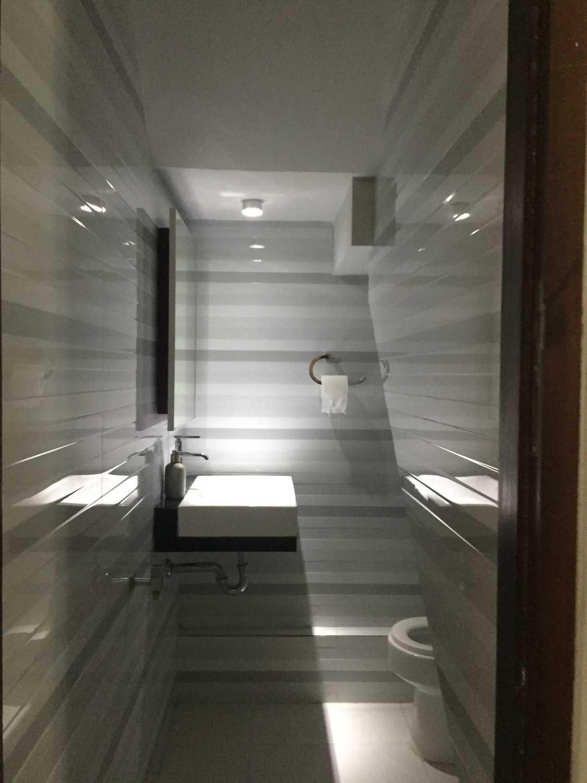Foto inspirasi ide desain kamar mandi minimalis Toilet bawah tangga oleh MKI di Arsitag