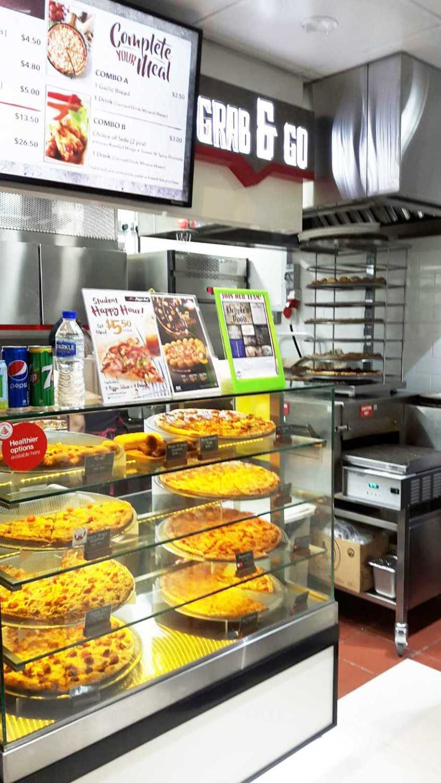 Foto inspirasi ide desain display area kontemporer Pizza hut choa chu kang, singapore oleh Minimmax Interiors Pte Ltd di Arsitag