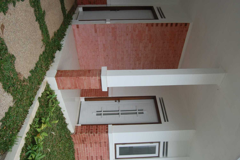 Foto inspirasi ide desain entrance minimalis Dsc0476 oleh Kisbi Natayoedha di Arsitag