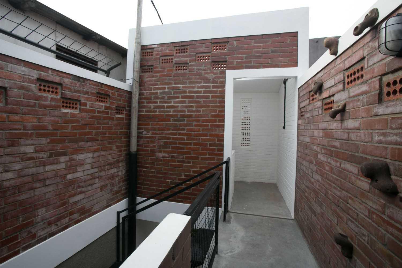 Foto inspirasi ide desain koridor industrial Corridor oleh WEN Urban Office di Arsitag