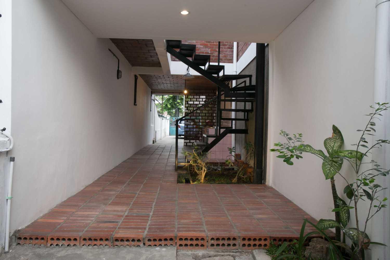 Foto inspirasi ide desain tangga skandinavia Staircase oleh WEN Urban Office di Arsitag