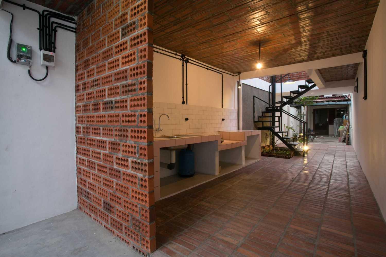 Foto inspirasi ide desain dapur tropis Kitchen area oleh WEN Urban Office di Arsitag