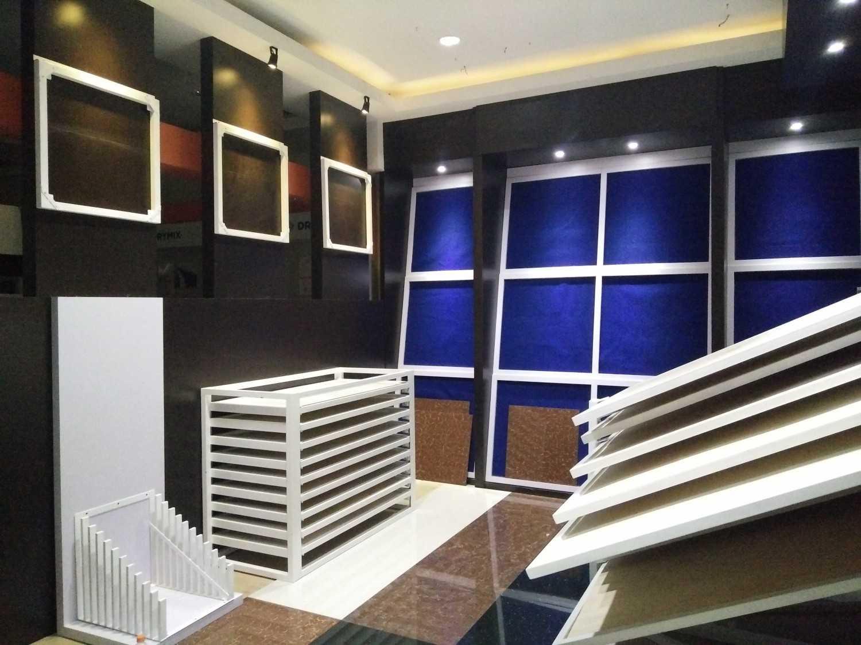 Foto inspirasi ide desain display area industrial Display granit dakara ud. norton surabaya oleh TREND ARCH di Arsitag