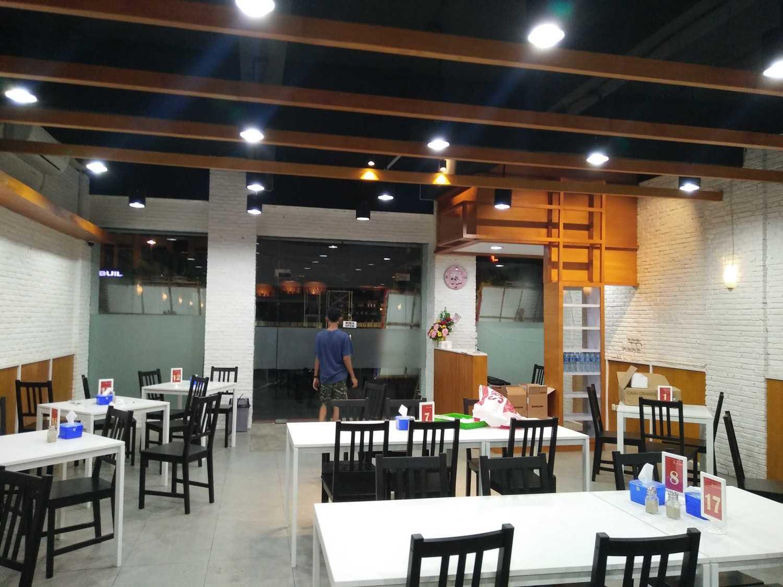 Foto inspirasi ide desain restoran minimalis Seating area interior view oleh Alvin Rosandy di Arsitag