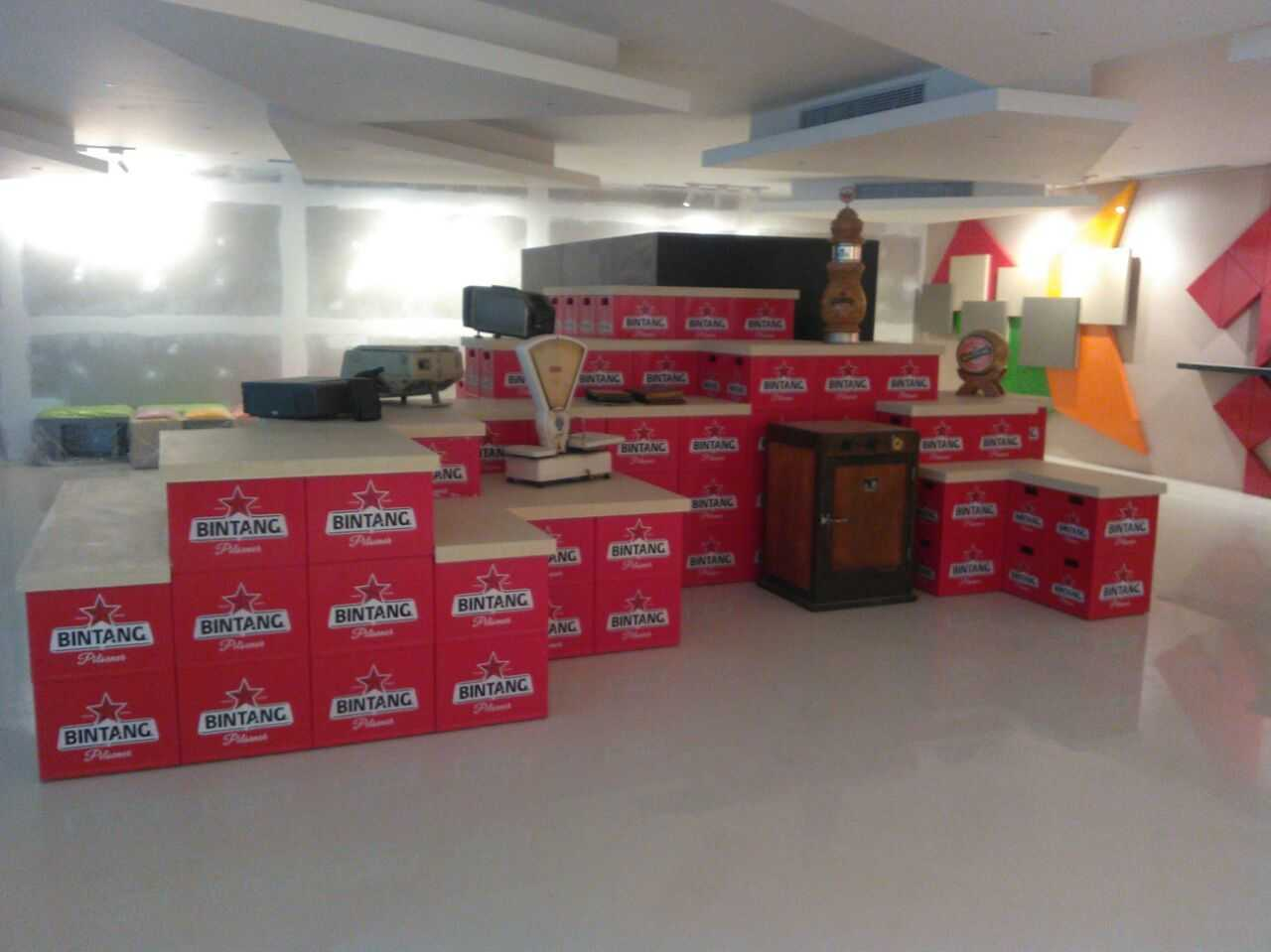 Foto inspirasi ide desain display area minimalis Display area office oleh fahrudin yunianto di Arsitag